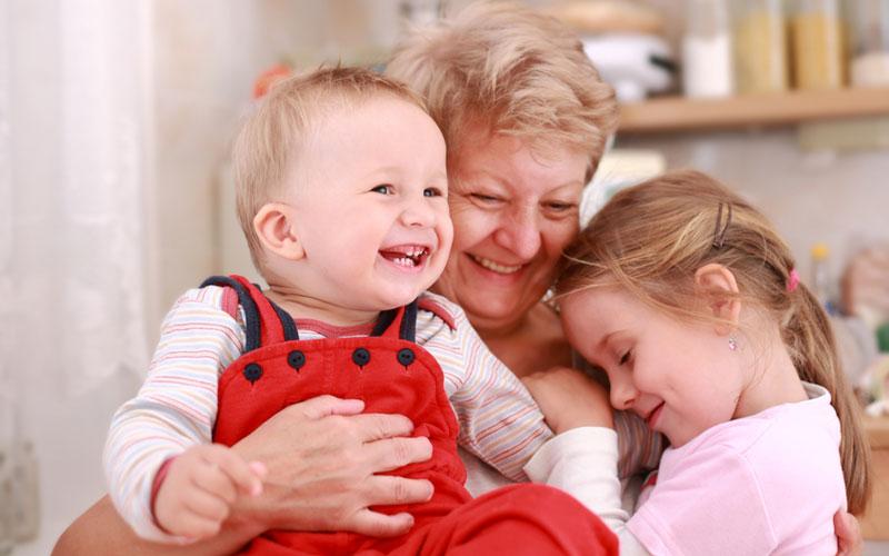 De ce copilașul o iubește mai mult pe bunica?