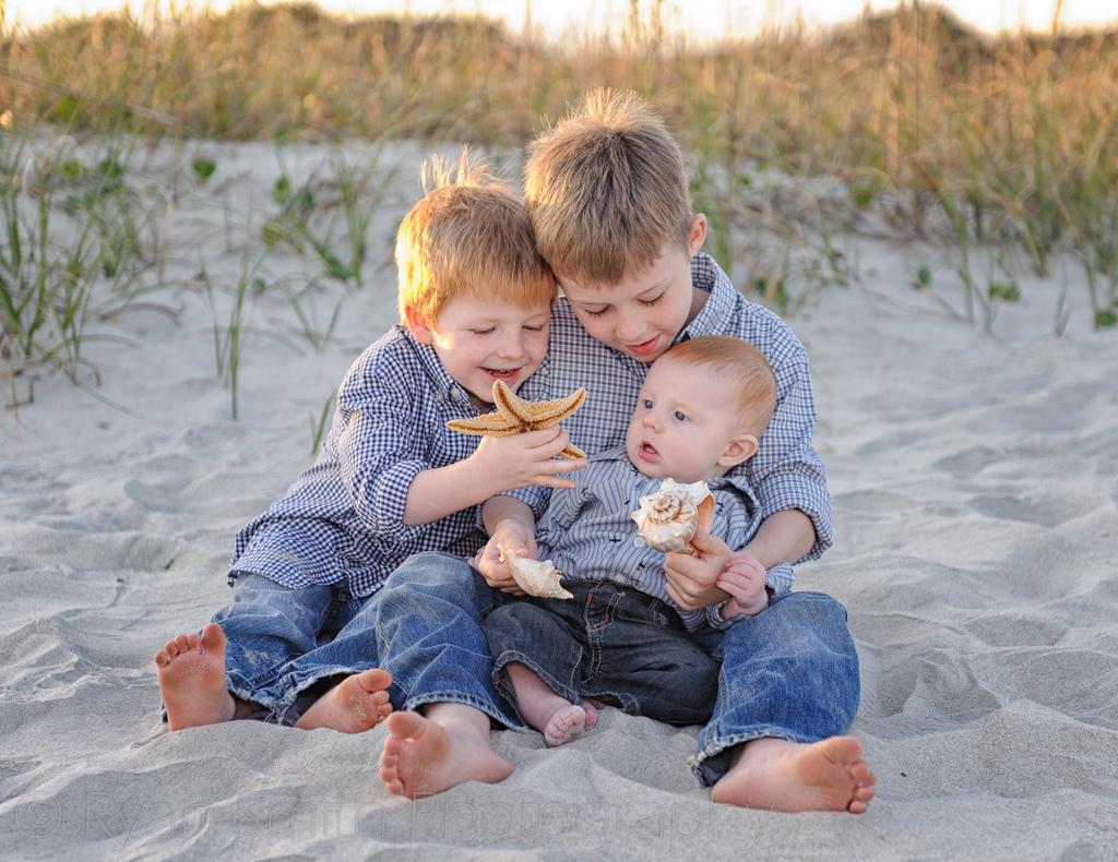 10 moduri în care fratele cel mare şi bebeluşul se pot juca împreună
