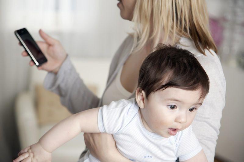 Smartphone-ul îți afectează relația cu copiii?